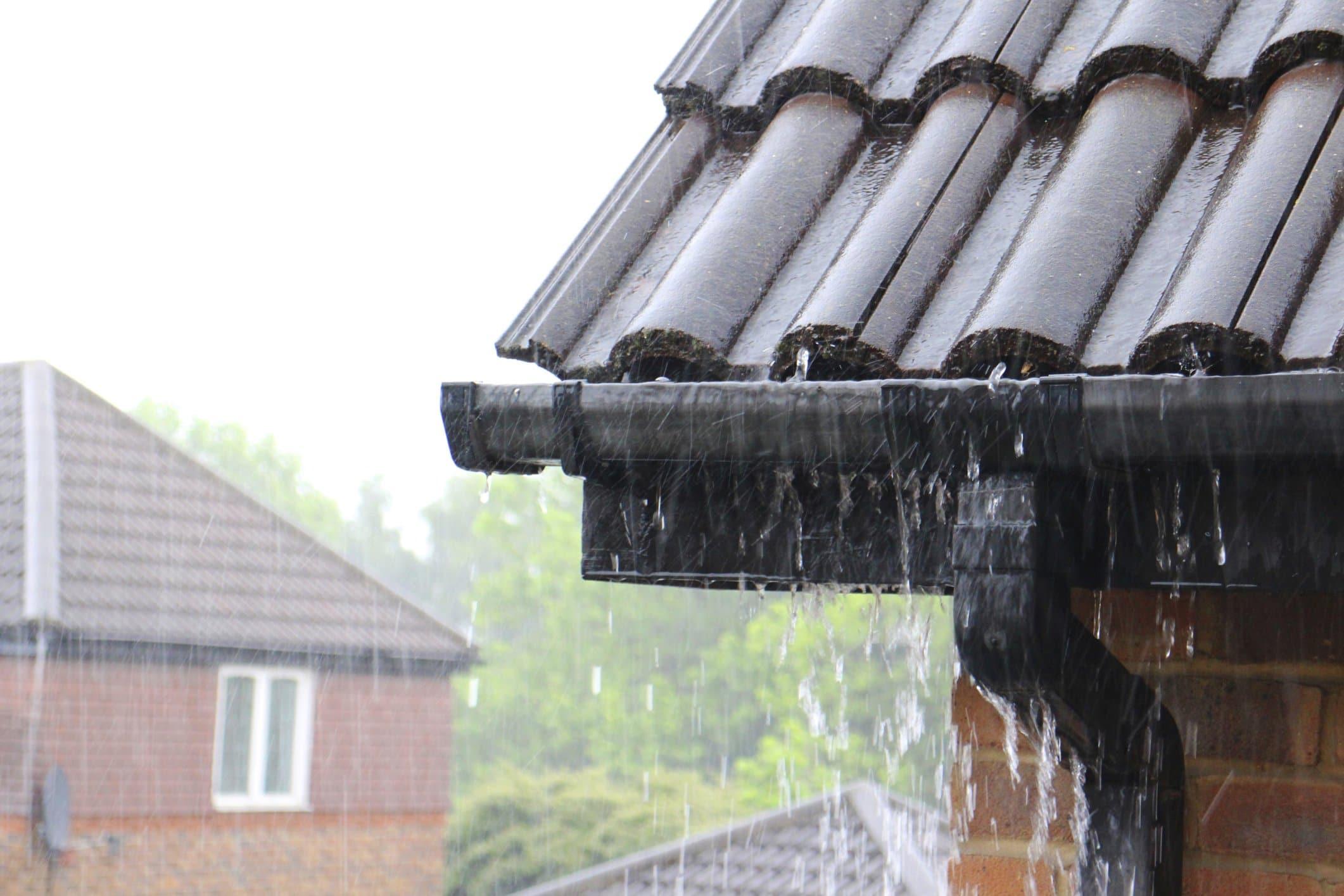 Дождь прогремел по крышам