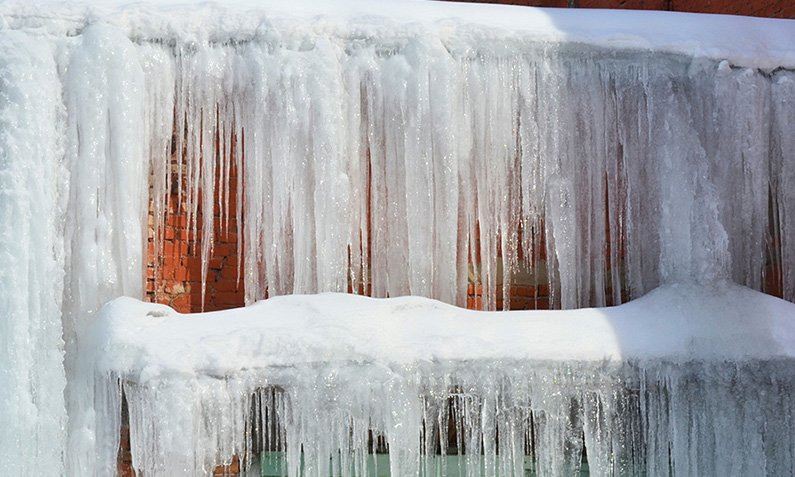 Ice Dam Buildup: Addressing This Michigan Winter Roofing Issue